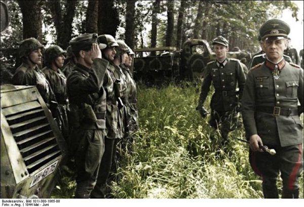 """Nawet słynny """"Lis pustyni"""", Erwin Rommel, próbował jednocześnie być wśród spiskowców, i nie być. Jedno z ostatnich zdjęć feldmarszałka podczas przeglądu 21. Dywizji Pancernej we Francji."""