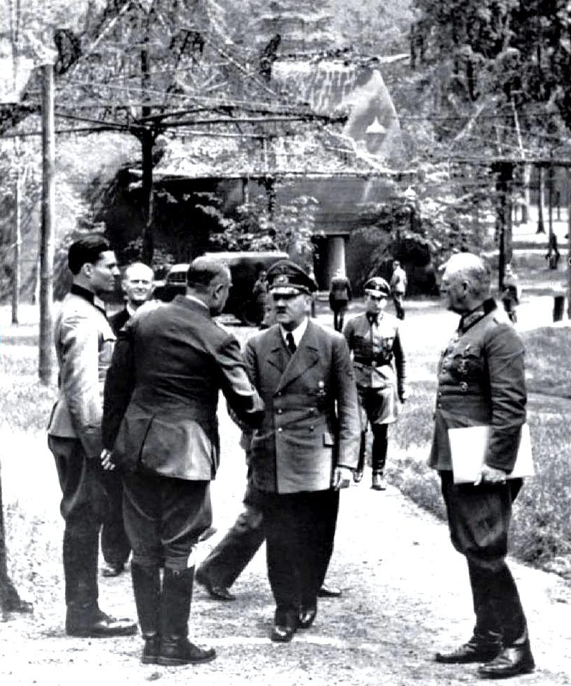 Słynny Claus von Stauffenberg na antynazizm nawrócił się dopiero w obliczu klęsk III Rzeszy. Zdjęcie zrobiono przed kwaterą Hitlera w Wilczym Szańcu kilka dni przed zamachem. Stauffenberg stoi pierwszy z lewej.