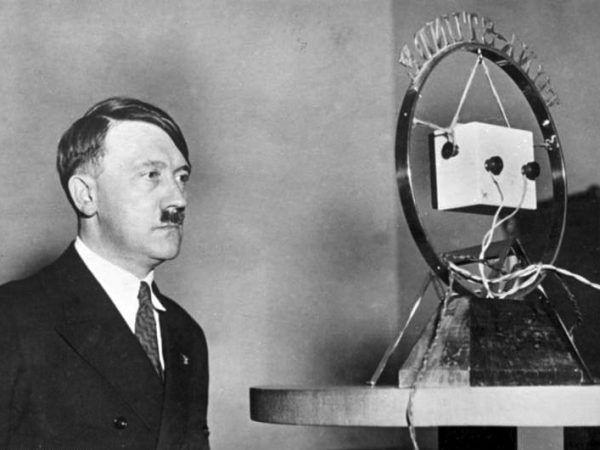 Hitler ledwie 5 dni przed ograniczeniem wolności prasy podczas przygotowań do przemówienia radiowego.
