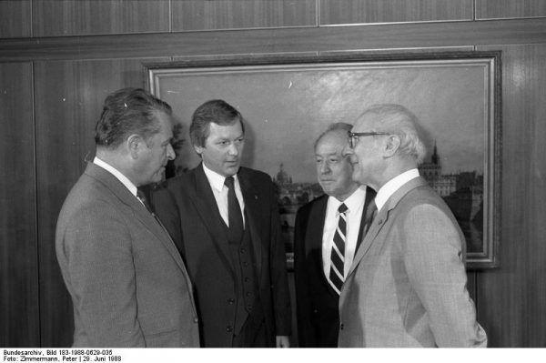 Czesław Kiszczak promował politykę zwiększania ilości współpracowników SB. Na zdjęciu Kiszczak podczas rozmów z NRD-owskimi politykami w 1988 roku w Berlinie.