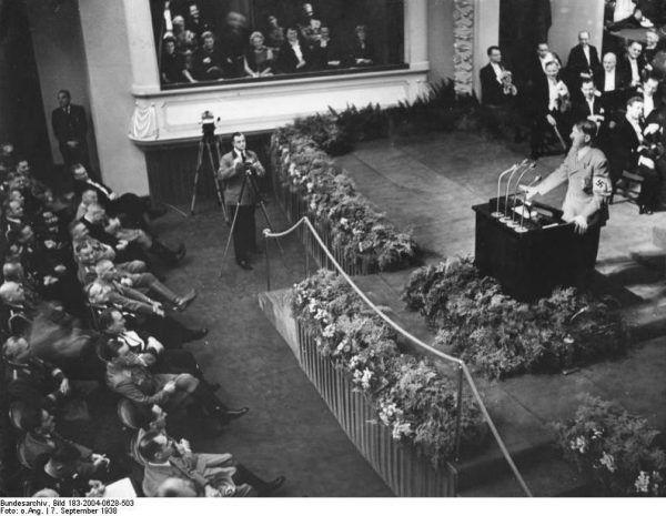Hitler cieszył się olbrzymim poparciem społeczeństwa, co widać było choćby po frekwencji podczas jego przemówień. Zdjęcie z norymberskiego Parteitagu w 1938 roku.