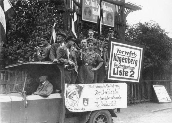 Niemiecka Narodowa Partia Ludowa rozpadła się z powodu przechodzenia jej członków do koalicyjnej NSDAP. Zdjęcie z kampanii wyborczej w 1930 roku, na którym narodowcy prezentują antysemickie hasła.