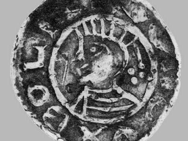 Podobizna Chrobrego w pierzastej koronie wybita na denarze.