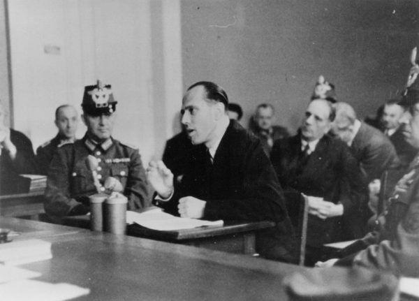 Słynny Krąg z Krzyżowej zebrał się tylko trzykrotnie. Na zdjęciu jeden z jego założycieli, Helmuth von Moltke, przed sądem w styczniu 1945 roku.