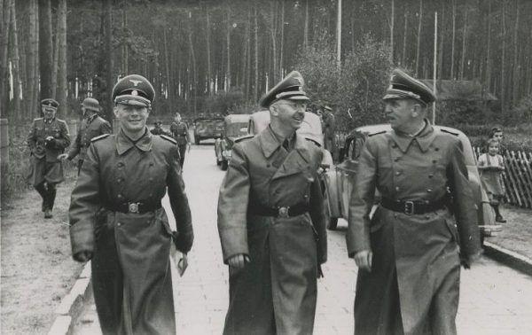 """Sprawców """"Zagra-Lin"""" nie udało się znaleźć, mimo osobistego zaangażowania w sprawę Heinricha Himmlera. Na zdjęciu podczas wizytacji w obozie koncentracyjnym SS-Truppenübungsplatz Heidelager."""