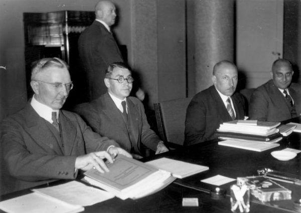 Hjalmar Schacht (pierwszy od lewej) posiadał szerokie kontakty wśród niemieckich i międzynarodowych przedsiębiorców. Były one nieocenione dla Hitlera.