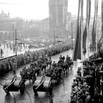 Parada SS i policji zorganizowana z okazji pierwszej rocznicy utworzenia Generalnego Gubernatorstwa.