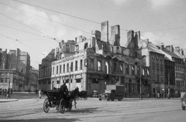 Tak wyglądał róg ulicy Miodowej i Krakowskie Przedmieście na początku II wojny światowej.