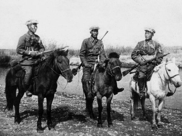 Mongolscy kawalerzyści. To właśnie chęć wypasu wierzchowców, których używali do walki sprowokowała starcie, które wpłynęło na losy II wojny światowej.
