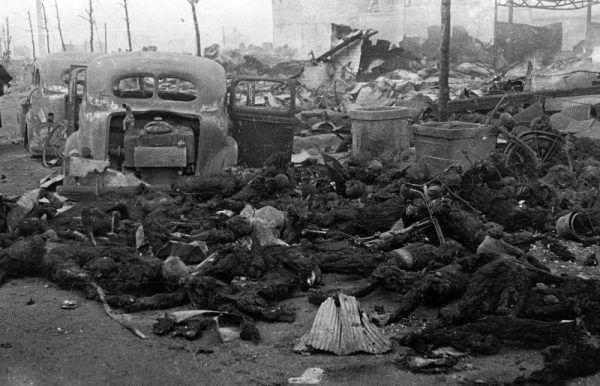 Zwęglone zwłoki ofiar nalotu przeprowadzonego w nocy z 9 na 10 marca 1945 roku.
