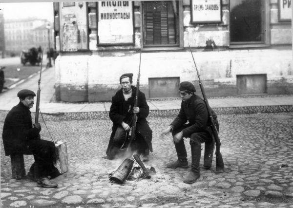 Czerwonogwardziści w Piotrogrodzie w listopadzie 1917 roku.