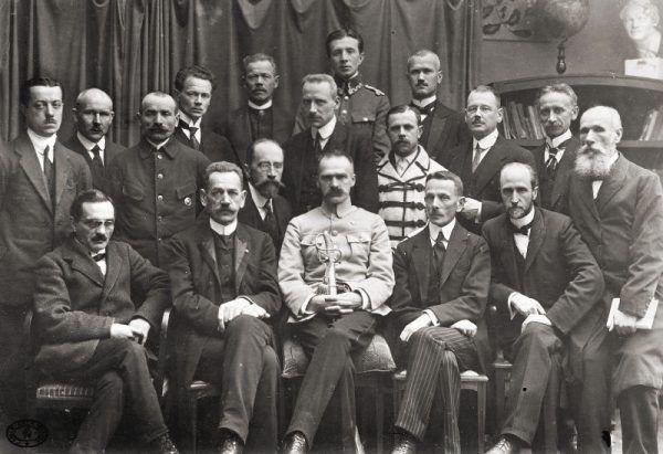 Józef Piłsudski 18 listopada z członkami rządu premiera Jędrzeja Moraczewskiego - pierwszego desygnowanego na tę funkcję po odzyskaniu przez Polskę niepodległości.