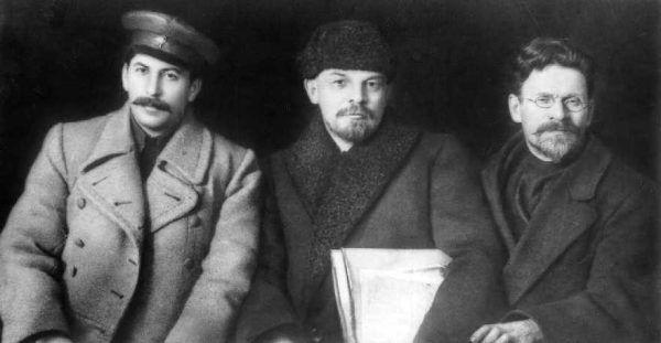 Gdy w 1919 roku Stalin i Lenin pozowali do tego zdjęcia wraz z Michaiłem Kalininem, Lenin pewnie nie przypuszczał, że jego ideowy druh sprzeniewierzy się wypracowanym przez niego koncepcjom, gdy tylko przejmie ster rządów w państwie.