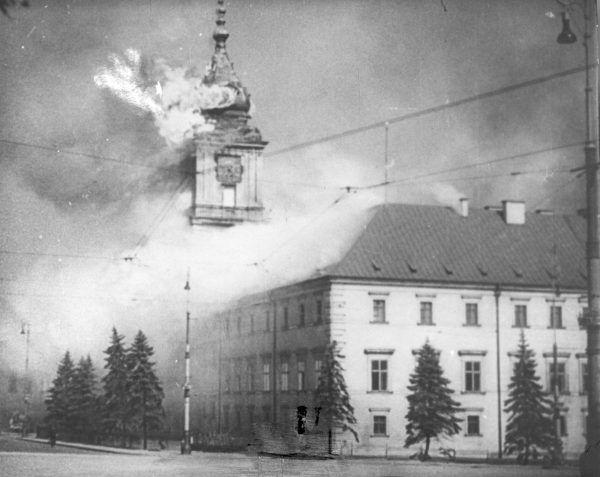Opisywana akcja działa się całkiem niedaleko spalonego Zamku Królewskiego. Zdjęcie pochodzi z 1939 roku.