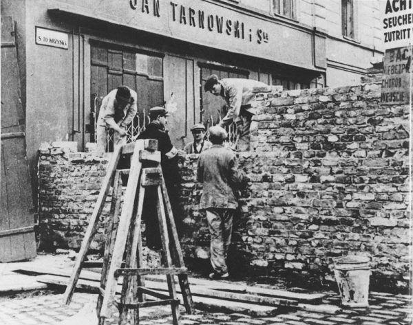 Budowa murów wokół getta na ulicy Świętokrzyskiej w sierpniu 1940 roku.
