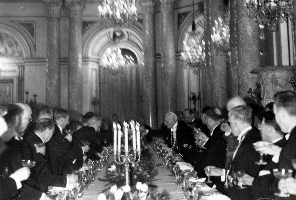 """Przyjęcia bufetowe wydają się łatwiejsze w organizacji niż te, podczas których zasiada się przy długim stole. Nic z tego. Zdjęcie przyjęcia z udziałem prezydenta Mościckiego pochodzi z książki """"Dwudziestolecie od kuchni""""."""