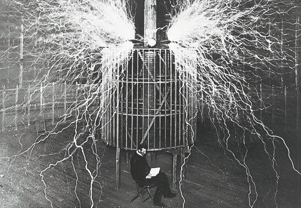 Nikola Tesla na tle jednego ze swoich słynnych wynalazków.