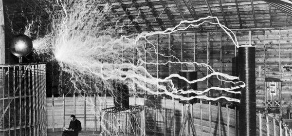 Cewka Tesli czyli zaprezentowany w 1891 roku transformator rezonansowy.