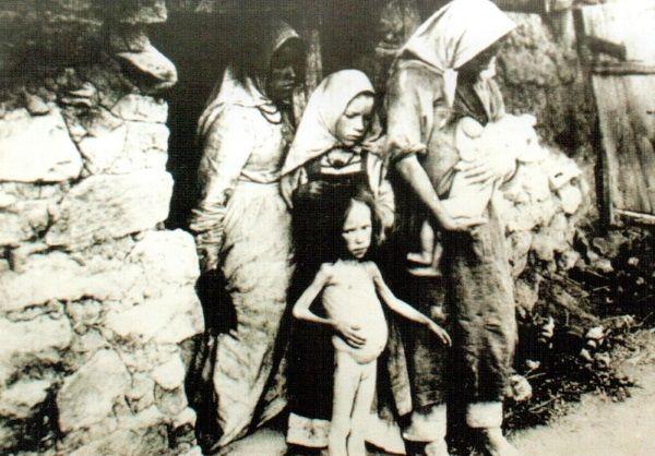 Wielki Głód na Ukrainie. Na pierwszym planie dziewczynka z brzuszkiem wzdętym z głodu. (fot. domena publiczna).