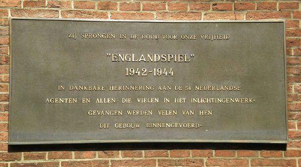 Tablica w języku holenderskim upamiętniająca operację Englandspiel.