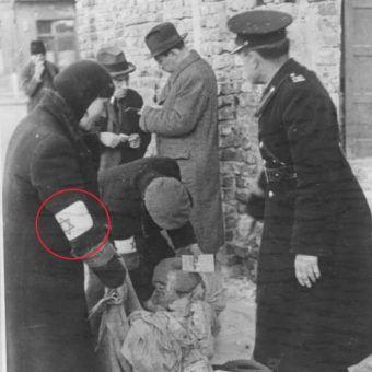 Kontrola policyjna w krakowskim getcie. (fot. Koch, lic. CC-BY-SA 3.0)