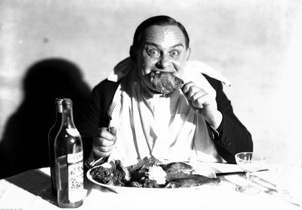 Aktor Józef Leliwa na przerysowanym portrecie ukazującym go w trakcie spożywania posiłku.