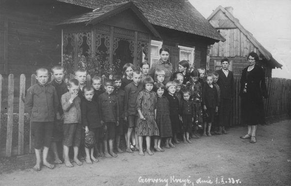 Nauczycielka wiejskiej szkoły ze swoimi uczniami w 1933 roku.