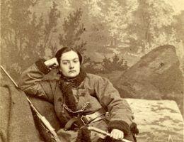 Anna Henryka Pustowójtówna. Ubrana w męski strój i uzbrojona walczyła ramię w ramię z mężczyznami w czasie powstania styczniowego.