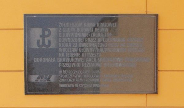 """Tablica poświęcona """"Zagra-Linowi"""", znajdująca się na budynku dworca Wrocław Główny."""