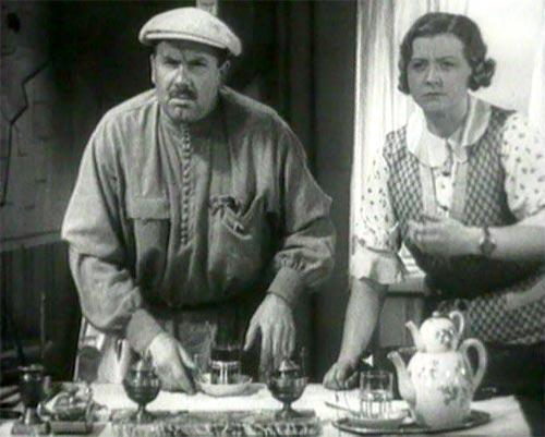 """Kadr z filmu """"Wołga-Wołga"""". Kto by pomyślał, że niewinny pocałunek w czarno-białej komedii tak zgorszy sowieckiego wodza. Mimo wszystko była to jednak podobno ulubiona realizacja filmowa Stalina."""