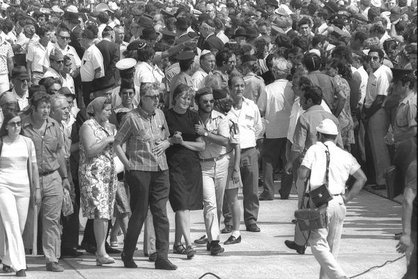 """Zgromadzeni krewni ofiar najsłynniejszego ataku """"Czarnego Września"""", jaki miał miejsce podczas Igrzysk Olimpijskich w Monachium, czekający na lotnisku na początek procesji pogrzebowej."""