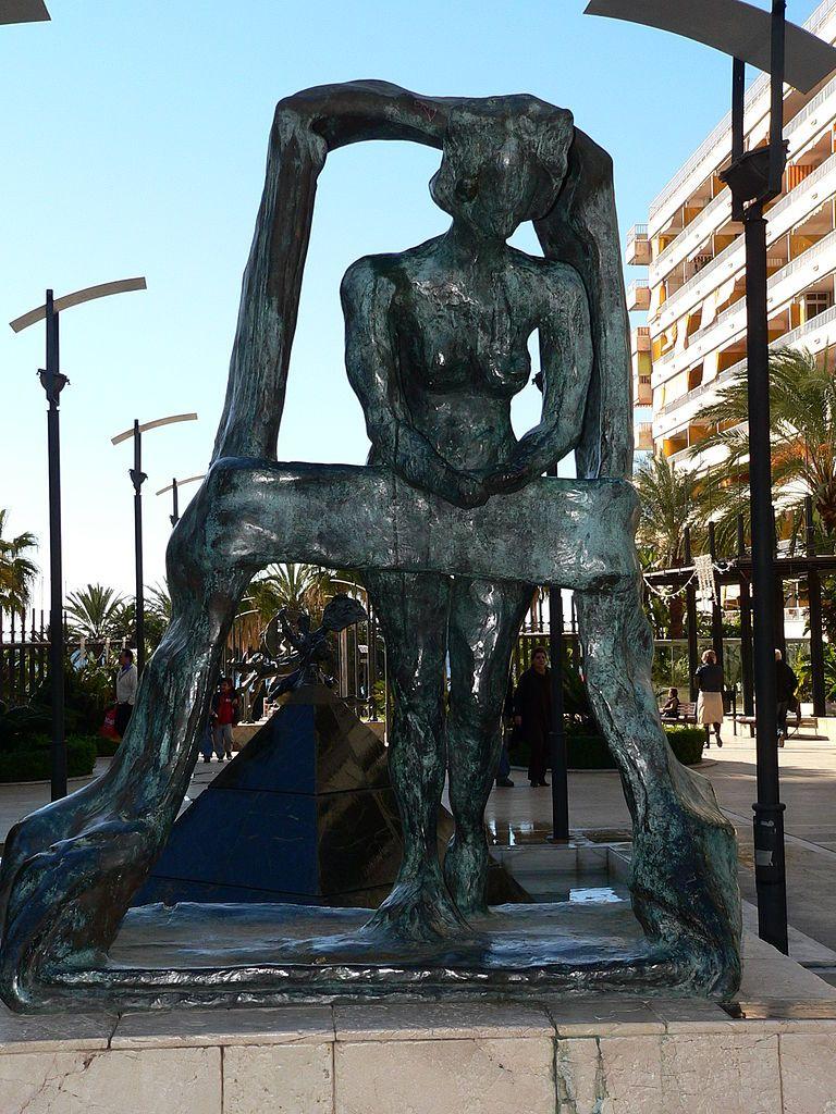 """Gala była wielokrotnie przedstawiana przez Salvadora, nie tylko na płótnie. Na zdjęciu rzeźba pt. """"Gala w oknie"""", stojąca w hiszpańskim mieście Marbella."""