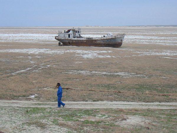 """Jezioro, które zamieniło się w pustynię. Takie skutki miały niektóre """"genialne"""" pomysły sowieckiego wodza."""