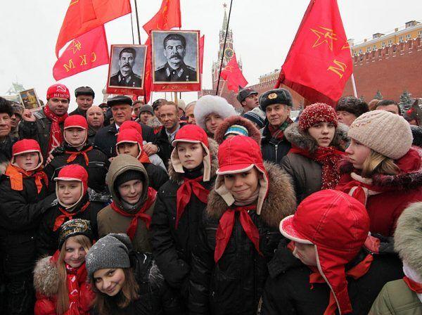 Jak widać na zdjęciu z 2009 roku, Stalin, realizując swoje jednocześnie absurdalne i przerażające pomysły, nie wszędzie jest potępiany. Czyżby niektórzy uznawali jego pomysły za wielkie?