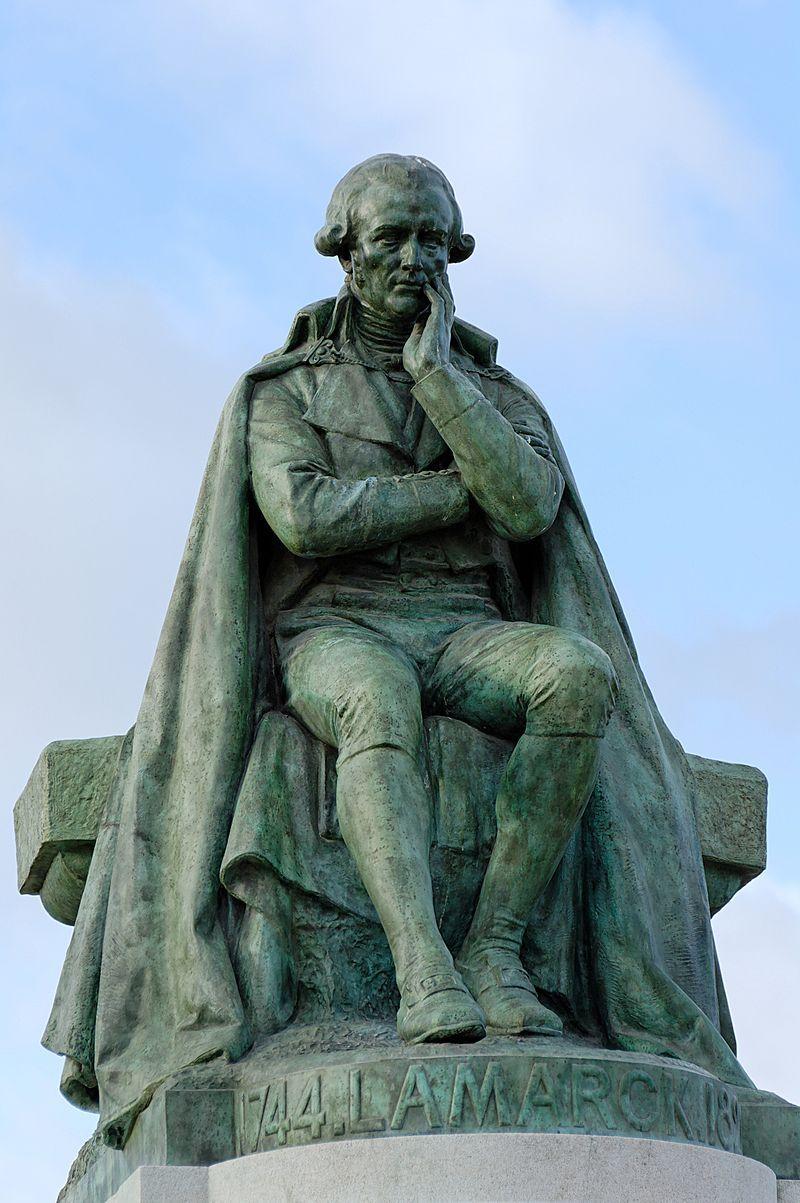 Lamarkizm był pierwszą materialistyczną teorią ewolucji, która zakwestionowała stałość cech gatunkowych. Na zdjęciu pomnik Jeana Baptiste de Lamarcka autorstwa Leona Fagela.