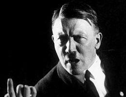 Adolf Hitler gestykulujący podczas swojej mowy w 1927 roku.