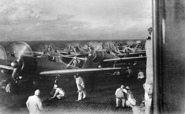 Polska wypowiedziała Japonii wojnę 4 dni po ataku na Pearl Harbor. Na zdjęciu bezpośrednie przygotowania do wykonania uderzenia drugiej fali ataku na Pearl Harbor na pokładzie lotniskowca Akagi.