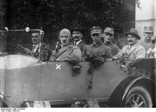 Hitler w 1923 roku, podczas przejażdżki samochodem. Wtedy już deklarował wyraźną niechęć wobec komunizmu.