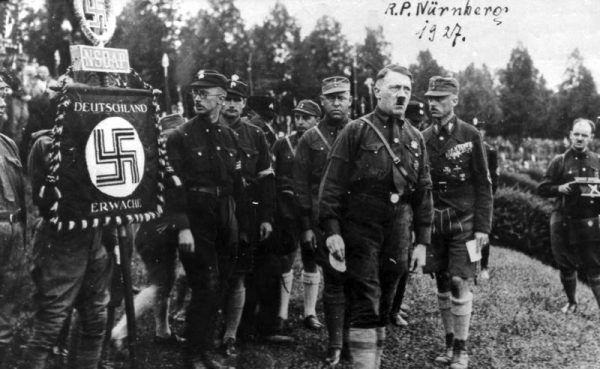 Drogą ewolucji Hitler zmienił się z typowego antysemity swojej epoki w człowieka odpowiedzialnego za największe ludobójstwo w historii. Zdjęcie z Parteitagu w Norymberdze w 1927 roku.