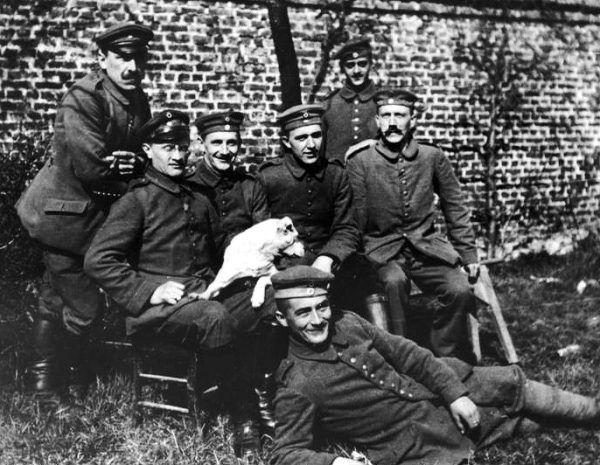 Radykalizacja poglądów Hitlera na temat Żydów nastąpiła w czasie I wojny światowej. Na tym zdjęciu z 1914 roku Adolf siedzi pierwszy z prawej.