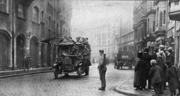 Rewolucyjni żołnierze podczas patrolu na ulicach Monachium w 1919 roku.