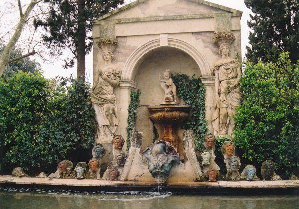 Zamek Púbol, który zamieszkiwała Gala, otoczony był pięknym ogrodem. Salvador jednak nie zawsze uzyskiwał do niego wstęp.