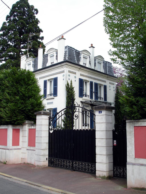 Max Ernst przez dłuższy czas mieszkał w domu Gali i jej pierwszego męża, Paula Eluarda. Wprowadził się, by pomóc przy jego dekorowaniu, został jako bliski przyjaciel i kochanek.