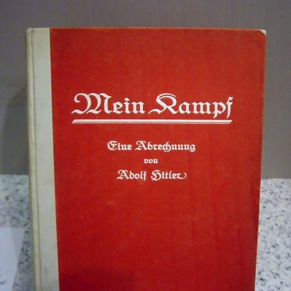 """Pierwsze niemieckie wydanie """"Mein Kampf"""" - książki, w której niezwykle mało miejsca zostało poświęcone wydarzeniom przełomu lat 1918-1919."""