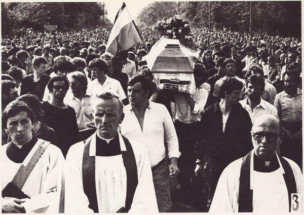 W trakcie przesłuchań przez esbeków często dochodziło do brutalnych pobić. Niektóre miały skutek śmiertelny, jak w przypadku młodego Grzegorza Przemyka. Jego śmierć poruszyła Polaków, a jego pogrzeb zgromadził tłumy żałobników.