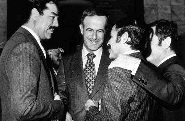 Dwaj bliskowschodni zleceniodawcy Carlosa na jednym zdjęciu. Po lewej przywódca iracki Saddam Husajn, w środku przywódca syryjski Hafiz Al-Asad.