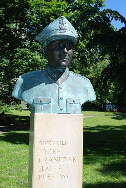 Józef Franczak, którego popiersie znajduje się w krakowskim parku Jordana, był najdłużej ukrywającym się żołnierzem polskiego podziemia niepodległościowego.