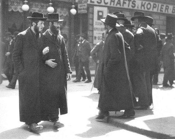 Żydzi kojarzyli się Hitlerowi z brudem cielesnym i moralnym. Na zdjęciu przedstawiciele środowiska ortodoksyjnego w Wiedniu w 1915 roku.