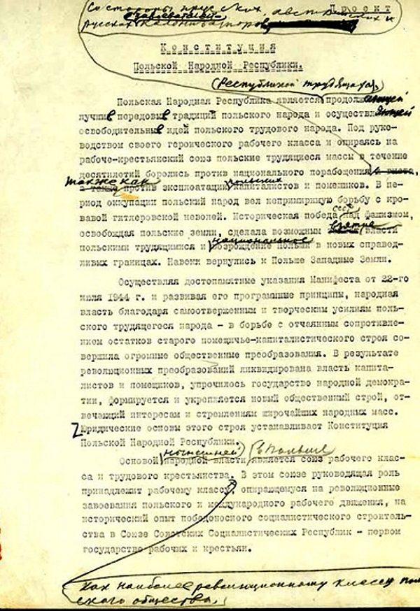Projekt Konstytucji PRL z naniesionymi poprawkami Stalina. Wiele procesów, których wynikiem były absurdalne wręcz wyroki, odbywało się wbrew konstytucyjnym zapisom.