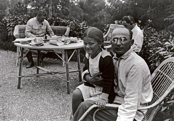 Zanim Beria rozpoczął destalinizację, był blisko z rodziną przywódcy. Na zdjęciu widać, jak trzyma na kolanach jego córkę, Swietłanę.